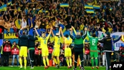 Фанати вітають українську збірну після перемоги над Словенією в матчі плей-оф «Євро-2016». Марібор, Словенія, листопад 2015 року
