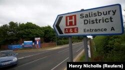 Солсбери ауруханасы жанындағы жол белгісі, Ұлыбритания (Көрнекі сурет).