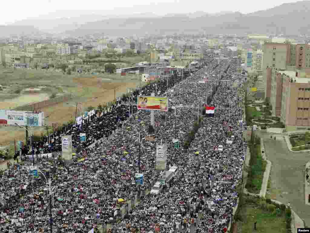 Антиурядова акція протесту в Сирії, Сана, 6 травня. Також повідомили про масові виступи в декількох районах сирійської столиці Дамаска та у містах Баніяс і Хомс. Жертвами сутичок між демонстрантами і силами безпеки за півтора місяця заворушень у Сирії вже стали щонайменше 560 осіб. Photo by Khaled Abdullah for REUTERS