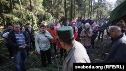 Мясцовыя жыхары даводзяць работнікам лесагаспадаркі, чаму патрэбна захаваць лес