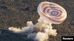 Cпускаемый аппарат космического корабля «Союз ТМА» приземляется в Казахстане.