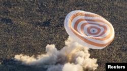 Спускаемая капсула космического корабля «Союз ТМА» приземляется под Жезказганом.