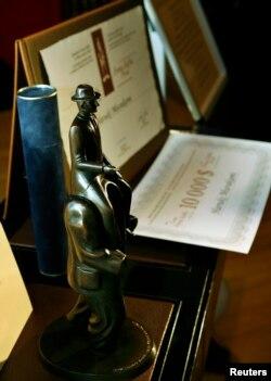 جایزه «فرانتس کافکا» شامل دیپلم افتخار، یک مجسمه برنزی از نماد کافکا در پراگ بهاضافه ۱۰هزار دلار جایزه نقدی است.