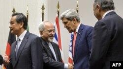 Շվեյցարիա -- Իրանի արտգործնախարար Մոհամադ Զարիֆը (ձախից երկրորդը) սեղմում է ԱՄՆ-ի պետքարտուղար Ջոն Քերրիի ձեռքը երկարատև բանակցությունների ավարտից հետո, 24 նոյեմբերի, 2013