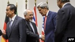 Շվեյցարիա - Իրանի արտգործնախարար Մոհամադ Զարիֆը (ձախից երկրորդը) սեղմում է ԱՄՆ-ի պետքարտուղար Ջոն Քերրիի ձեռքը ժնևյան բանակցությունների ավարտից հետո, 24 նոյեմբերի, 2013