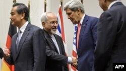 وزیر خارجه ایران در عین حال روابط خود با جان کری، وزیر خارجه ایالات متحده، را «بسیار سخت» توصیف کرده، چراکه هر دو طرف «با توشهای انبوه به مذاکرات میروند».