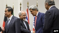 وزرای خارجه ایران و آمریکا در مذاکرات سوم آذرماه ژنو در حال دست دادن با یکدیگر