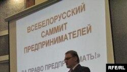 Ініцыятар форуму Анатоль Шумчанка на сцэне саміту.