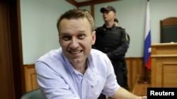 Ресейлік оппозиционер Алексей Навальный Мәскеу сотында отыр. 16 маусым 2017 жыл.