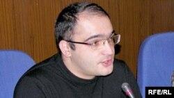 Eynulla Fətullayev «Gündəlik Azərbaycan» və «Realnı Azerbaydjan» qəzetlərinin təsisçisi və baş redaktoru idi. Ona 2007-ci ildə üst-üstə 8.5 il iş veriblər