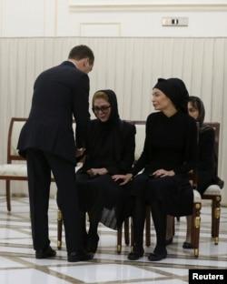 Дмитрий Медведев она-қиз Каримоваларга таъзия билдирмоқда.