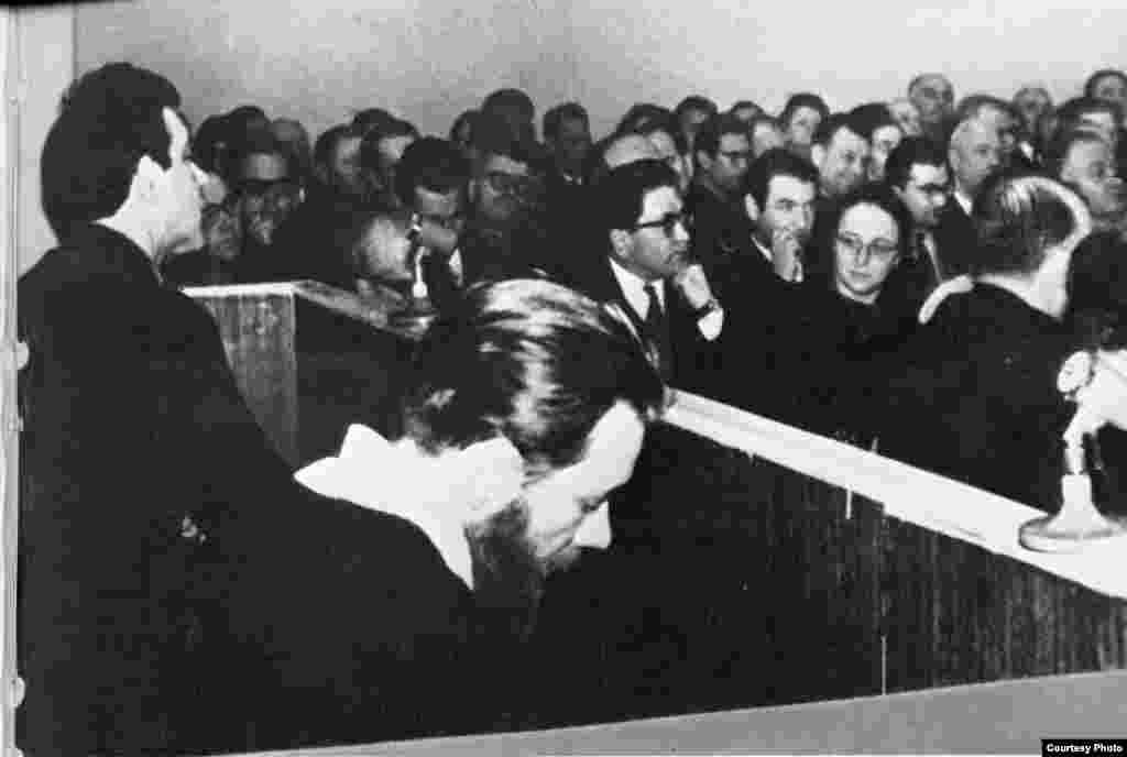 Суд над писателями Андреем Синявским (справа) и Юлием Даниэлем (слева). Женщина в центре: Мария Розанова, жена писателя Андрея Синявского. Фото из архива Международного Мемориала.