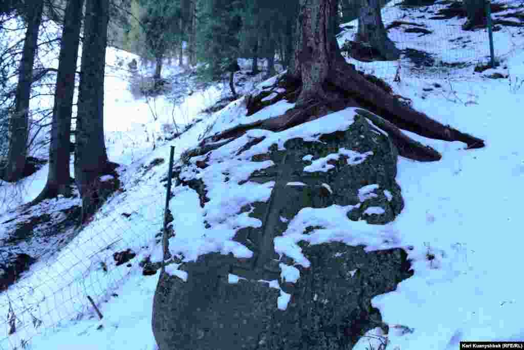 Высеченный в камне крест.