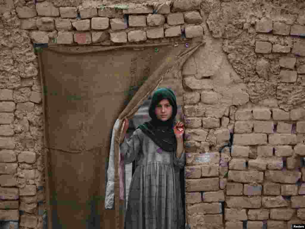 Пакистанська дівчина біля входу у власну оселю, Пешавар, 11 квітня. Photo by Fayaz Aziz for REUTERS