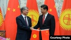 Президент КР Алмазбек Атамбаев и лидер Китая Си Цзиньпин.