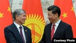 Президент Кыргызстана Алмазбек Атамбаев (слева) и лидер Китая Си Цзиньпин.
