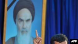 محمود احمدی نژاد در جریان مراسم چهاردهم خرداد.