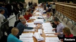 Numărarea voturilor la alegerile naționale din Irlanda, într-o secție din Cork