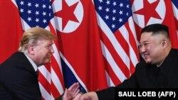 Вітання президента США Дональда Трампа (л) і голови КНДР Кім Чен Ина, Ханой, В'єтнам, 27 лютого 2019 року