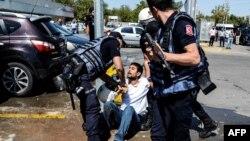 Policija privodi muškarca na protestu u Dijarbakiru, septembar 2016.