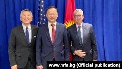 Солдон оңго: Дональд Лу, Руслан Казакбаев жана Эрик Грин.