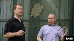 Медведев и Путин с бадминтонными ракетками