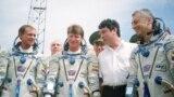 Космонавты Сергей Авдеев, Геннадий Падалка, Юрий Батурин и политик Борис Немцов. Байконур 1998 год