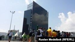 Рио олимпиадасындағы Main Press Center алдында кезекте тұрған тілшілер. 2 тамыз 2016 жыл.