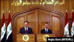 وزير التخطيط علي الشكري (يمين) والمالية رافع العيساوي في مؤتمر صحفي بمجلس الوزراء.