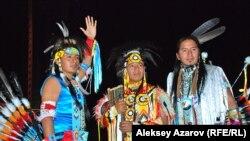 Трио эквадорских индейцев-кечуа выступает на фестивале этнической музыки. Алматы, 7 июня 2014 года.