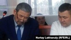 Тілек Тәбәрікұлы (оң жақта) және оның адвокат Абдулла Бақберген сотта отыр. Алматы облысы, 16 қаңтар 2020 жыл.