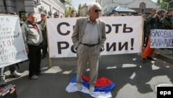 Протестующие у российского посольства в Киеве