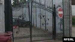 За этими воротами - следственный изолятор КНБ. Астана, 4 июня 2009 года.