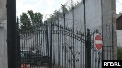 За этими воротами - следственный изолятор КНБ в Астане.