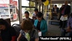 Молодые люди пользуются Интернетом в автобусе. Душанбе,17 апреля 2015 года.