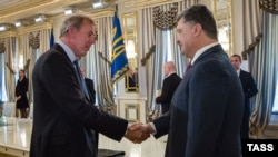 Kim Darroch (solda) və Ukraynanın ovaxtkı Prezidenti Petro Poroshenko, 2014-cü il