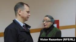 Анна Шароградская на фото со своим адвокатом Иваном Павловым