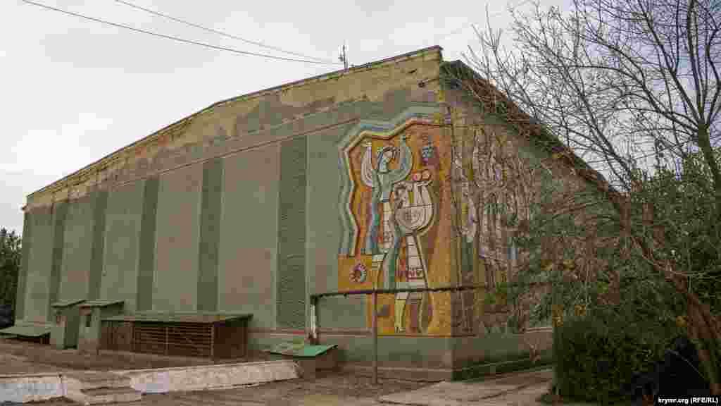 Украинские национальные мотивы на фасаде действующего Дома культуры