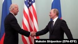 Жо Байден АКШнын вице-президенти, ал эми Владимир Путин Орусиянын премьер-министри болуп турганда Москвадагы жолугушуу. Март, 2011-жыл.