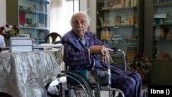 منوچهر آشتیانی در خانهاش، تیر ۱۳۹۸