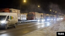 Многокилометровая пробка из фур на трассе Москва – Санкт-Петербург, 2 декабря 2012 года