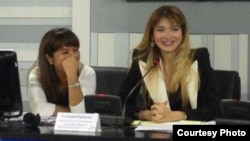 Динара Дултаева (сол жақта) Гүлнара Каримовамен бірге баспасөз мәслихатында отыр. 2 мамыр 2013 жыл.