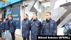 Активісти російського «Союзу офіцерів» блокують вхід до Центру фотографії імені братів Люм'єр, Москва, 25 вересня 2016 року
