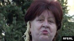 Волонтер партии «Азат» Галина Долгова с лапшой на ушах напоминает чиновникам об их обещаниях. Талдыкорган, 24 апреля, 2009 года.