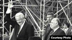 Борис Ельцин (сол жақ шетте)