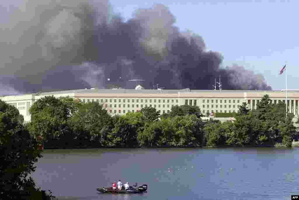 Дым падымаецца над Пэнтагонам пасьля атакі тэрарыстаў, 11 верасьня 2001 году.
