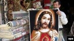 Продавец ковров у своей багдадской лавочки. При Саддаме изображение религиозных персонажей было запрещено