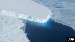 Батыш Антарктидада муз эригенин чагылдырган сүрөт.