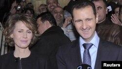 Suriya prezidenti Bashar al-Assad və həyat yoldaşı Asma ölkədə keçirilən referendumda iştirak edərkən. 26 fevral 2012