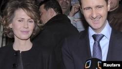 Асма аль-Ассад (слева), жена президента Сирии Башара аль-Ассада (справа).